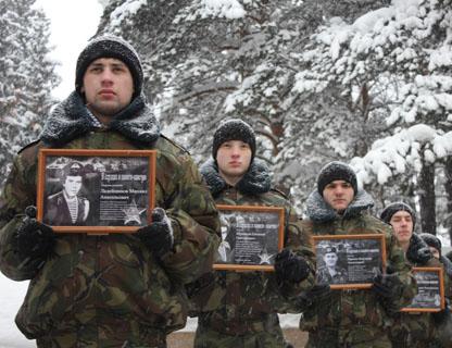 С фотографий погибших солдат